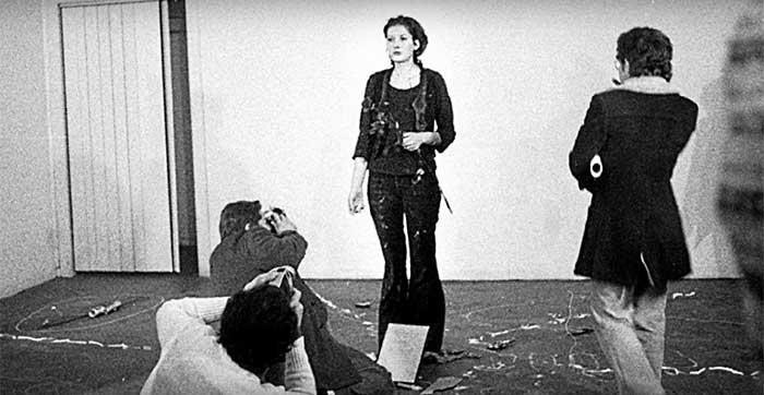 Страшный эксперимент: художница стояла 6 часов смирно и позволяла зрителям творить с ней что угодно (9 фото)