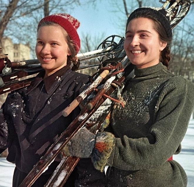 Будущие педагоги Тамара Худякова и Нила Шумская на лыжной тренировке, 1953 год.