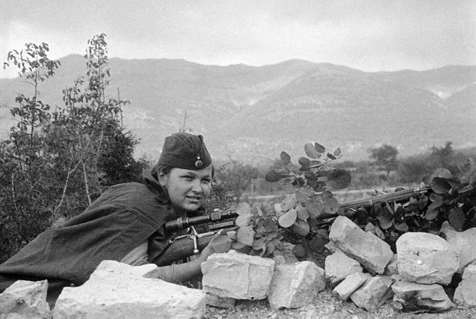 1943 год, снайпер Лиза Миронова в бою.