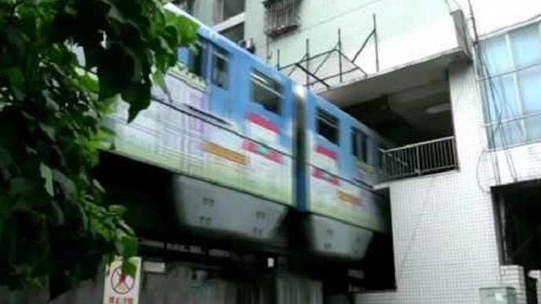 Поезд, проходящий через  дом— оригинальное решение строителей вгустонаселённом городе