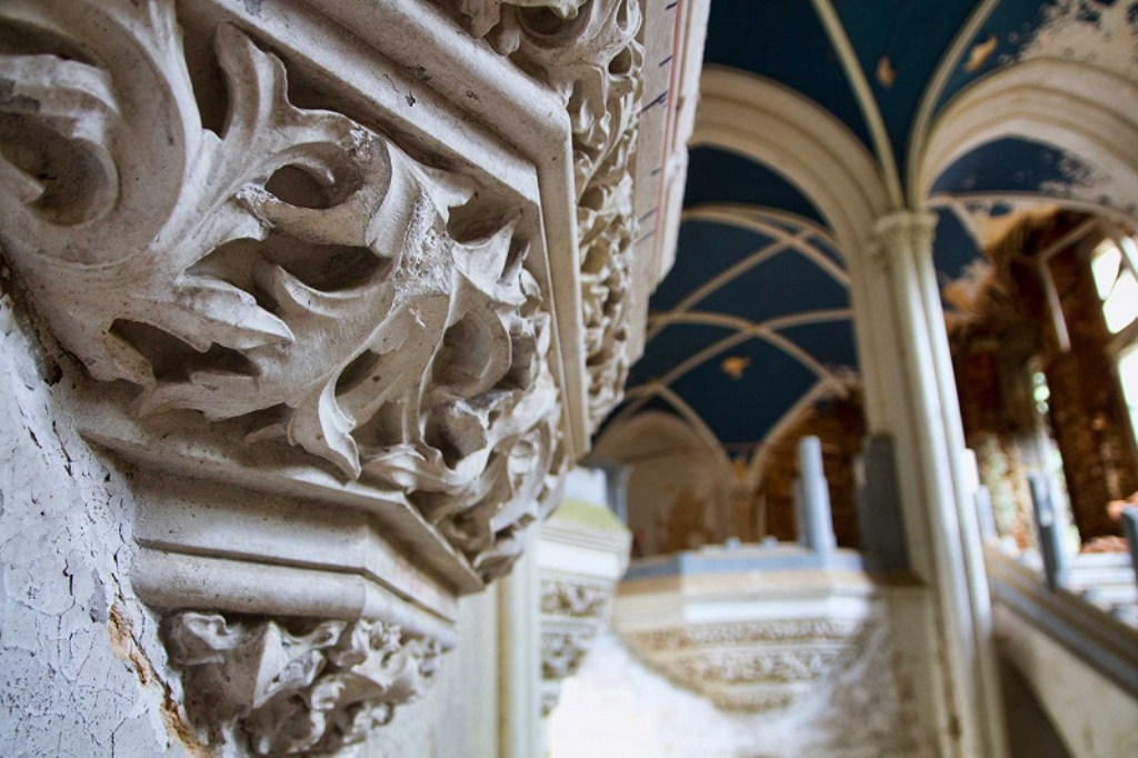 nebolshie-dekorativnye-balkony-vdol-glavnoy-lestn.jpg