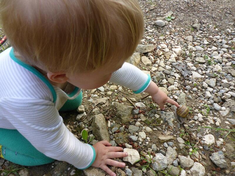 ребенок и виноградная улитка