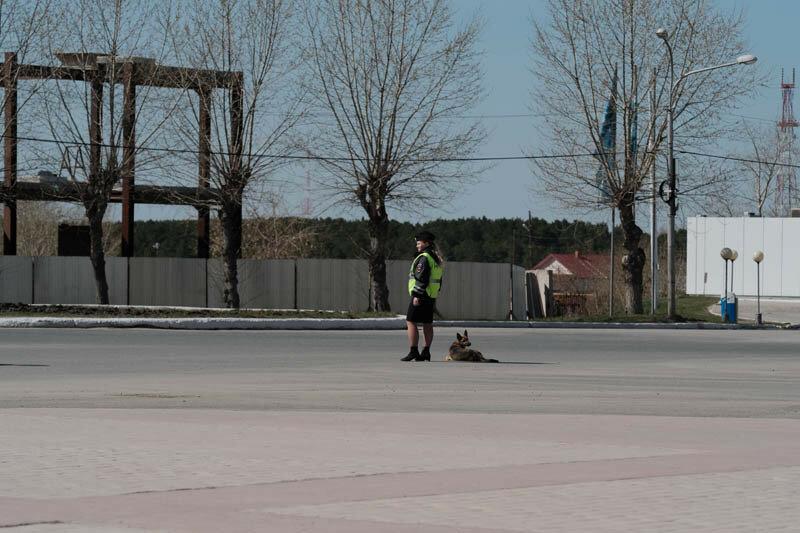 сотрудница ГАИ с собакой охраняет дорогу