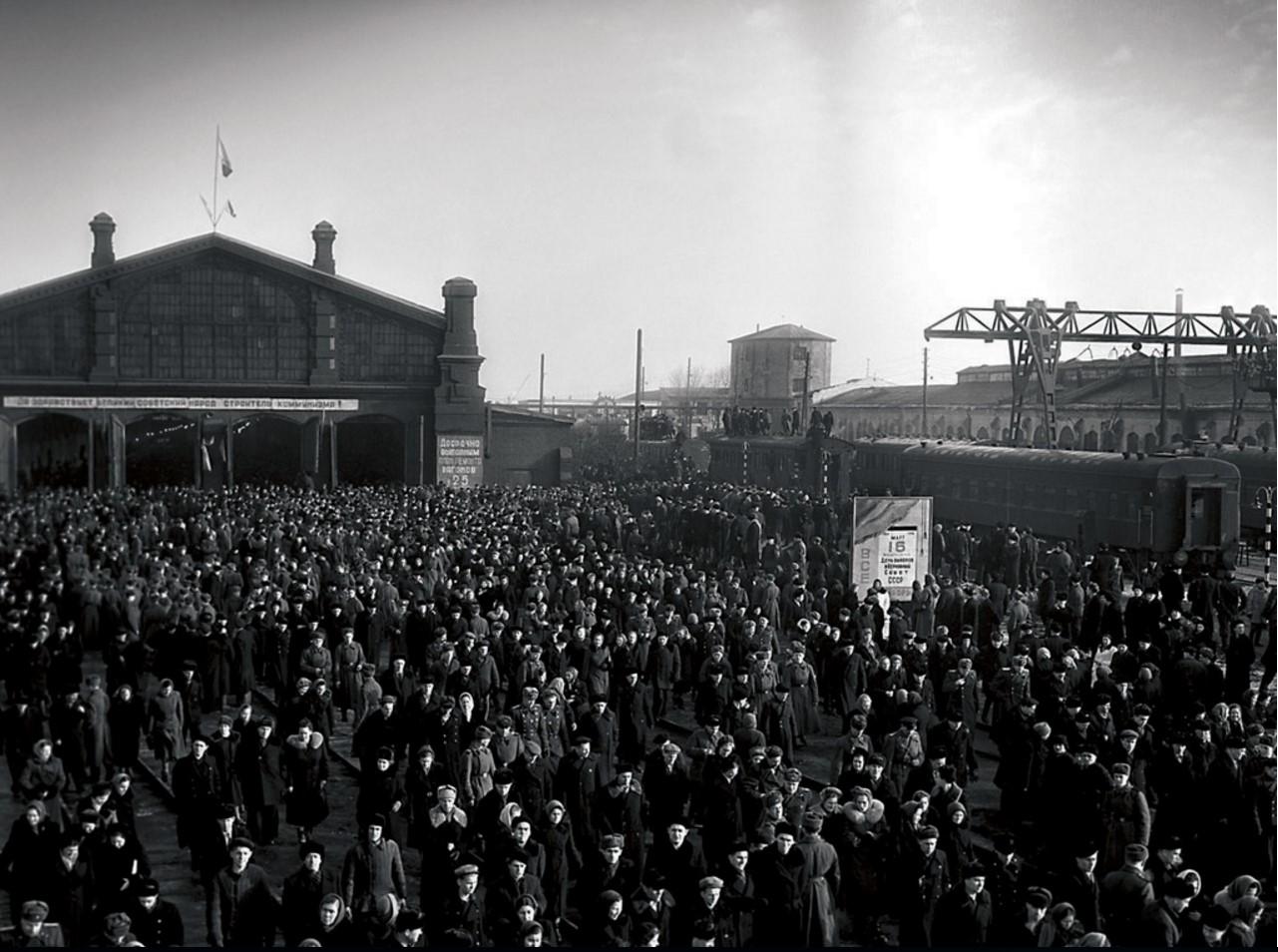 Челябинск. Вагонное депо. Митинг железнодорожников по поводу очередных выборов в Верховный Совет СССР (1958)
