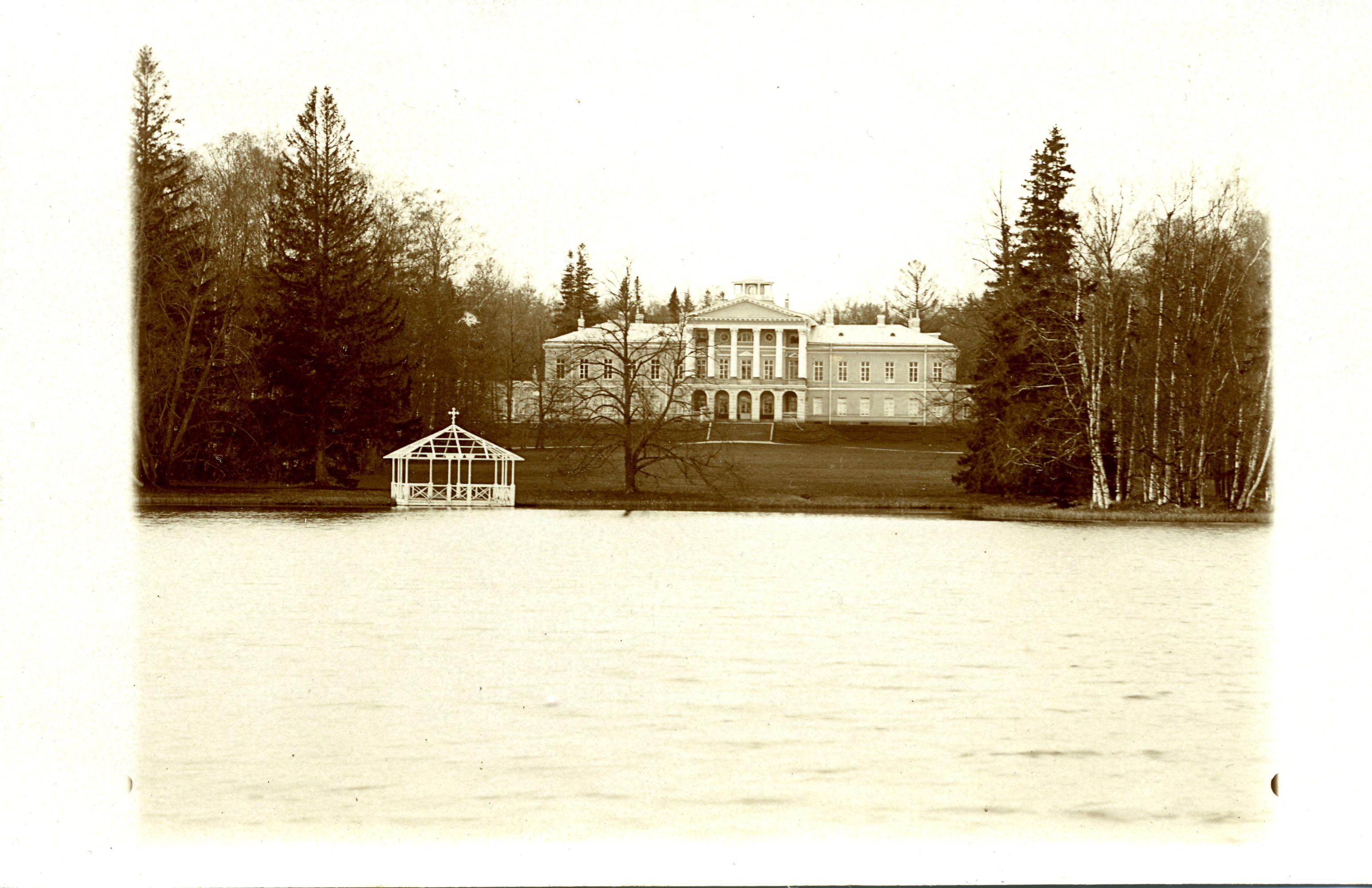 Вид дворца через Ивановский пруд с летней беседкой