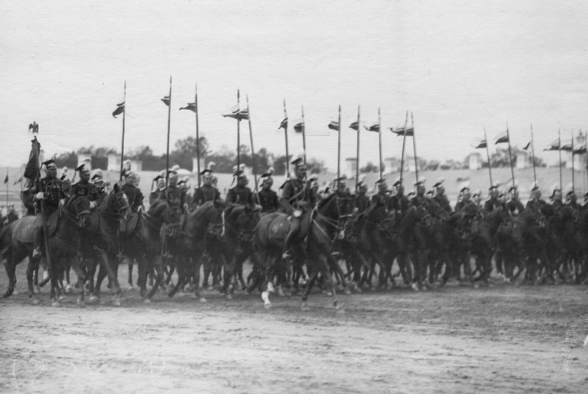 Лейб-эскадрон улан во время церемониального марша на параде полка