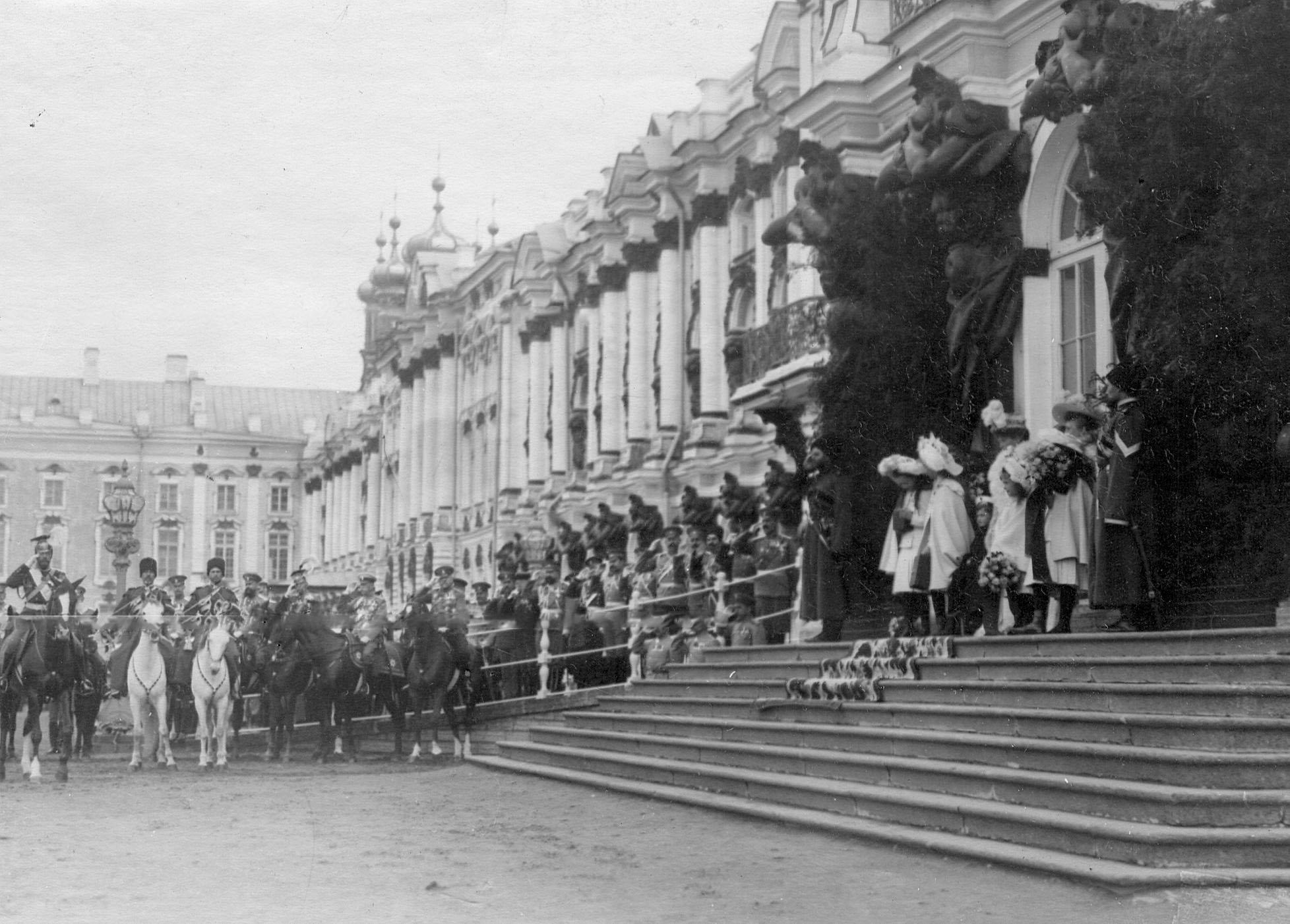 Члены императорской фамилии у Екатерининского дворца во время парада Уланского Её Величества лейб-гвардии полка