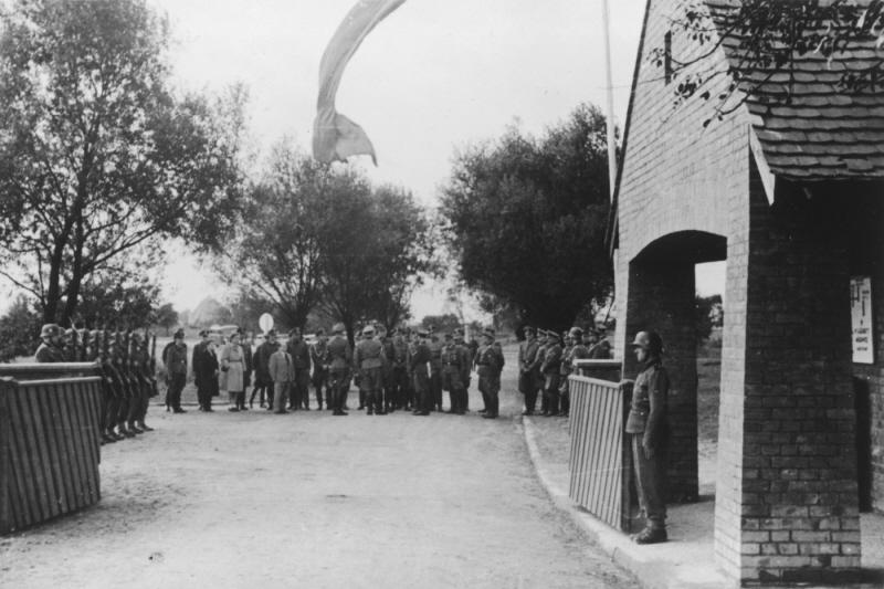 Добрая, тыловая, мирная...служба в концлагере уничтожения - Аушвиц. ( 70 фото ) RetrieveAsset (44).jpg