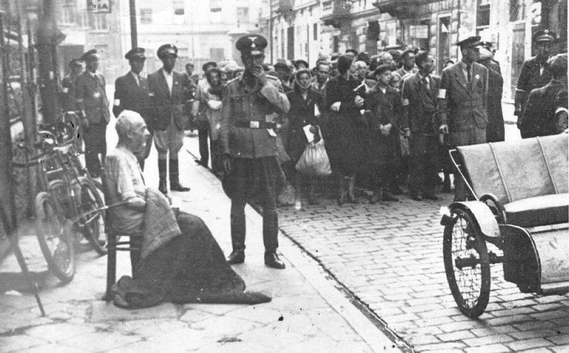Jewish police lead jews to the Umschlagplatz in the Warsaw ghetto for deportation to Treblinka.jpg