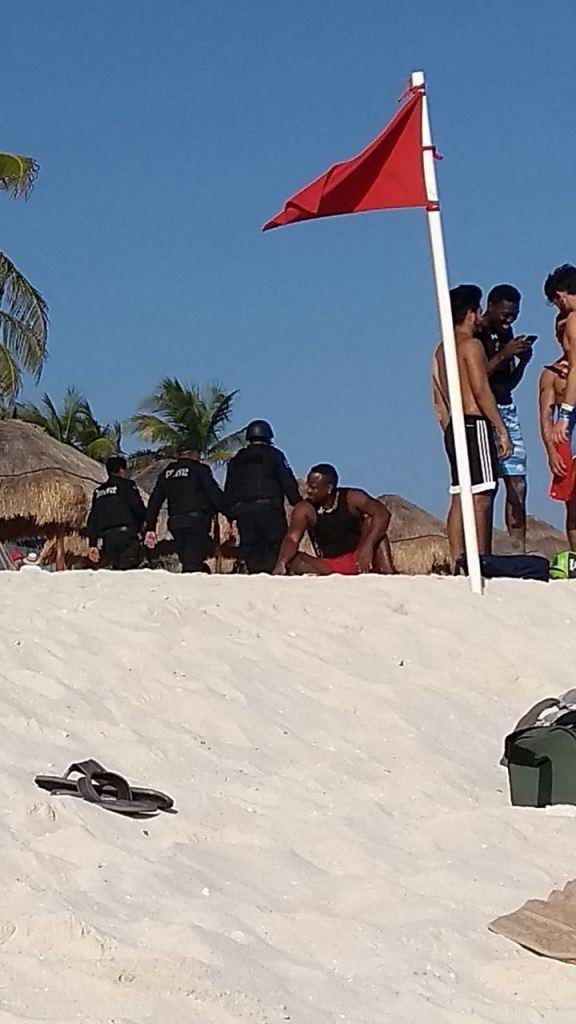 Троих мексиканских полицейских отстранили от службы за фото с полуголыми туристками