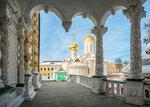 Троицкий собор сквозь арки