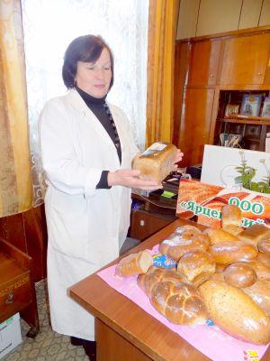 Валентина Ротозей демонстрирует ярцевский хлеб