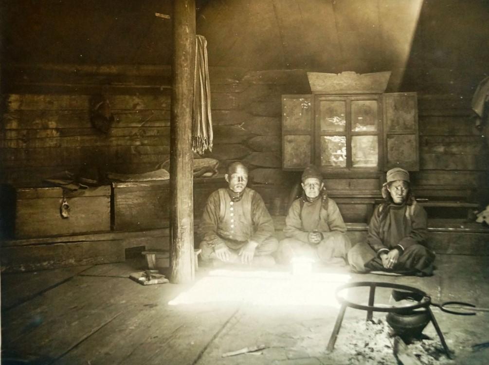 Окрестности Иркутска. Внутренность юрты
