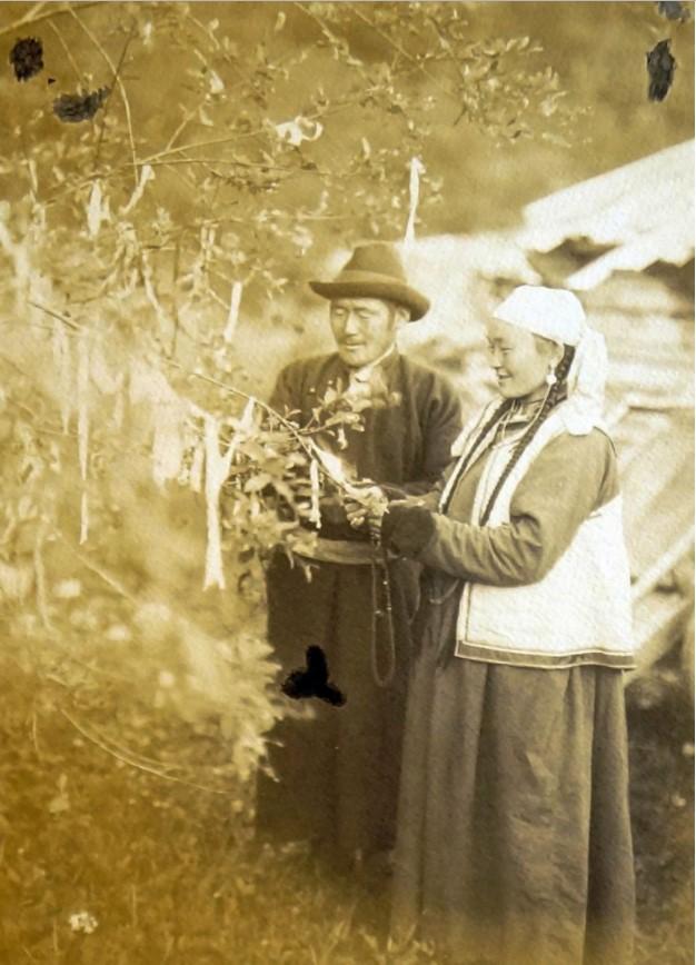 Окрестности города. Малый Аршан. Повязывание ленты у обо. 1912