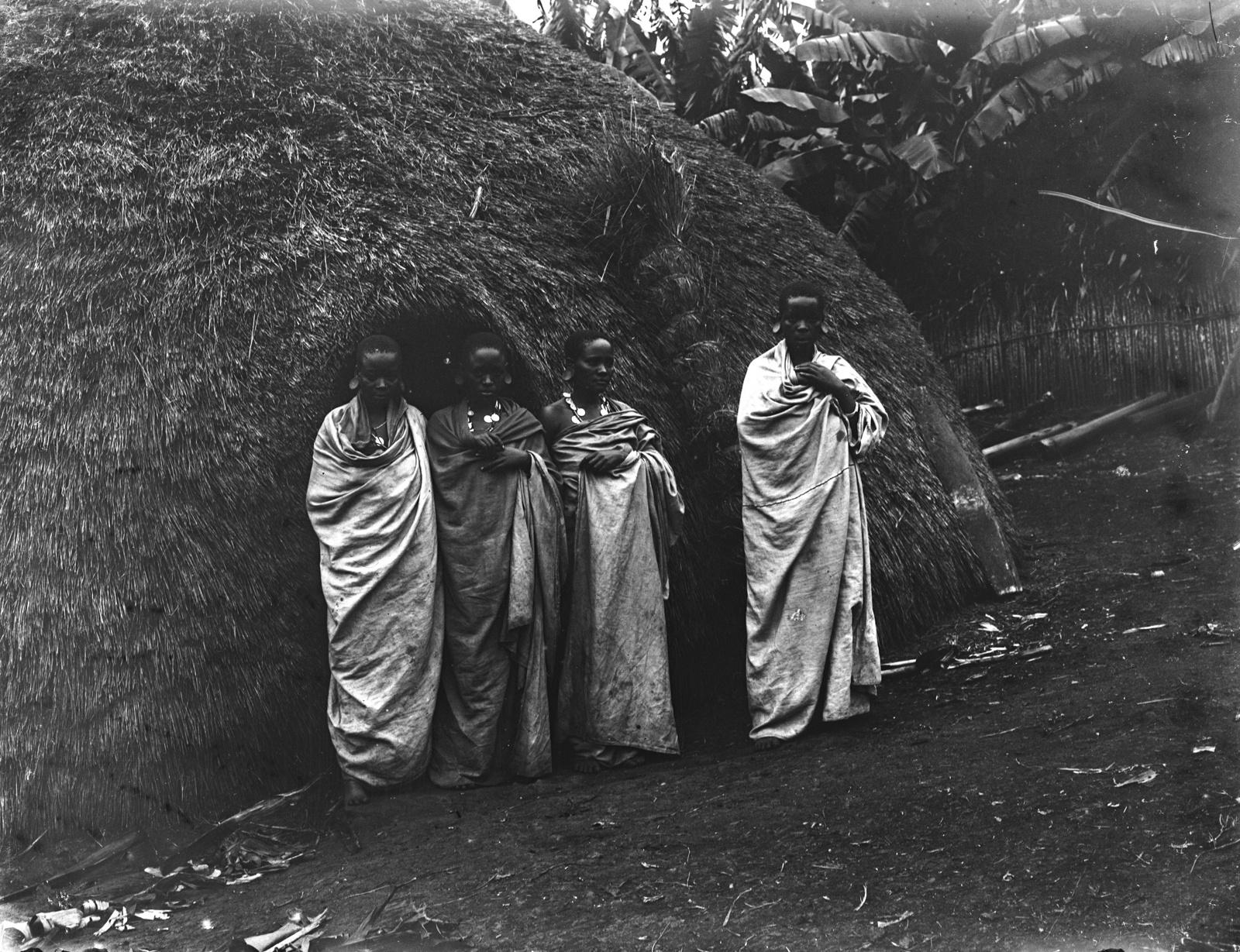 220. Группа деревенских жительниц перед хижиной