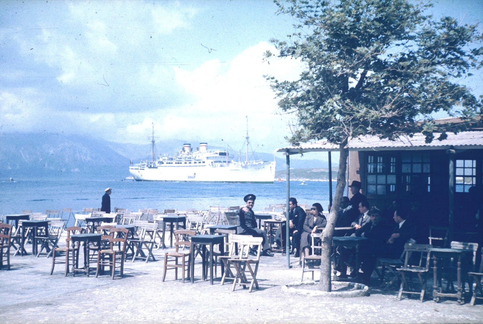 Пляжное кафе и морское пассажирское судно