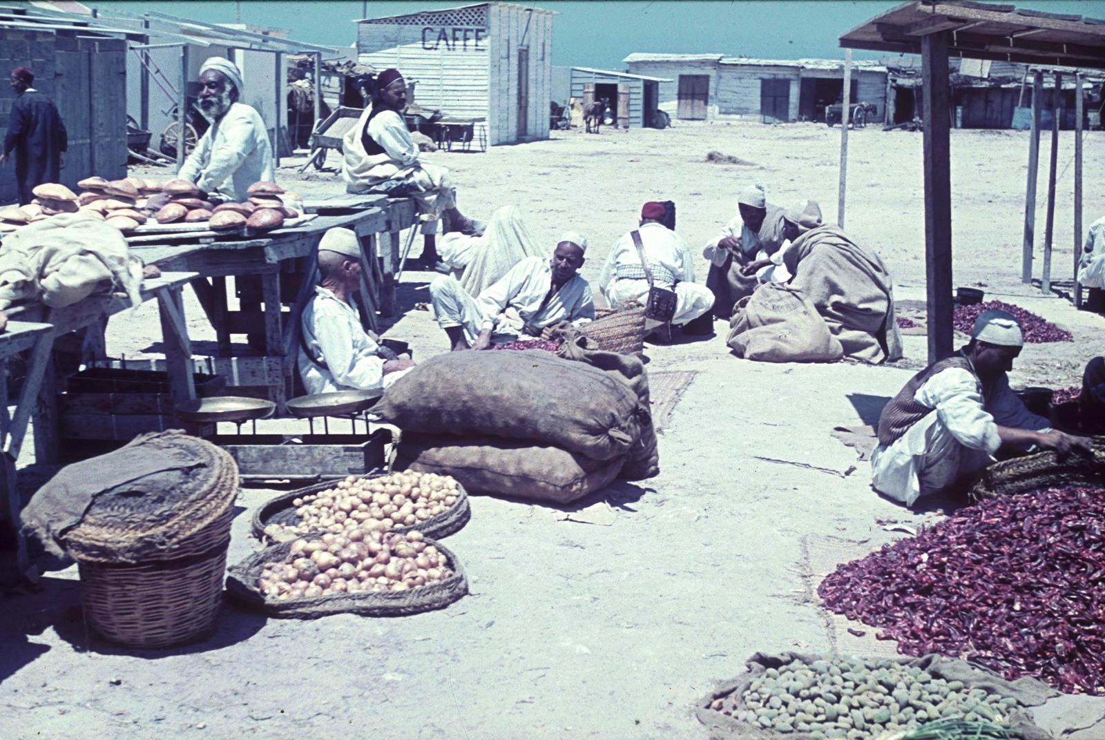 Триполи. Рыночные киоски с лепешками, картофелем и другими товарами