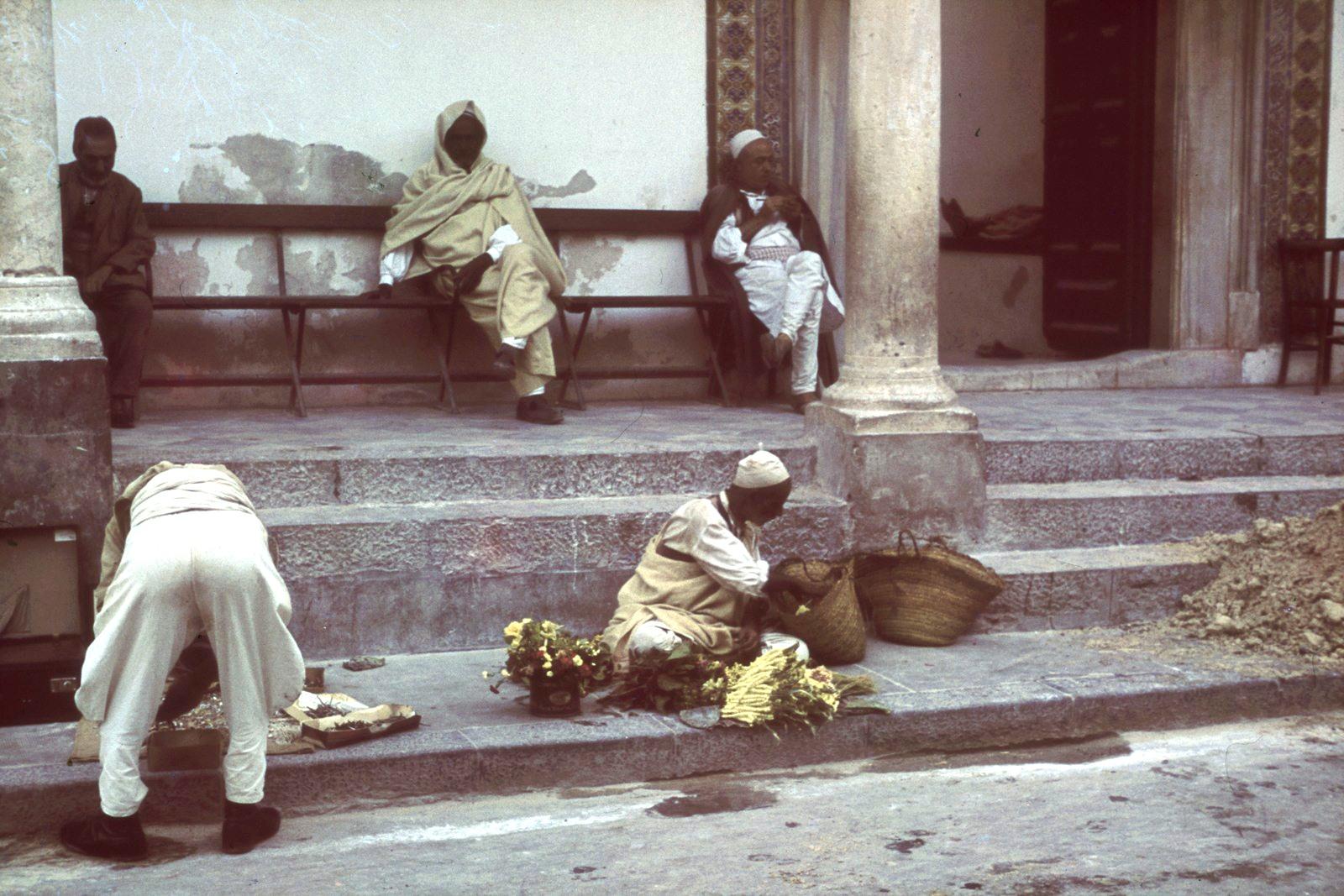 Триполи. Уличные торговцы перед мечетью Ахмеда Паши