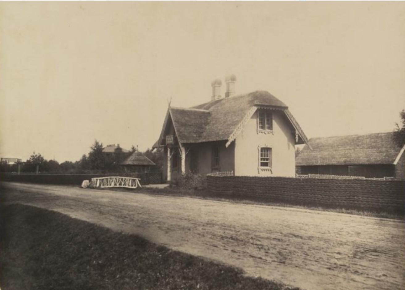 Соломенная сторожка на Новом шоссе с квартирами строителей и дорожников академии. 1866