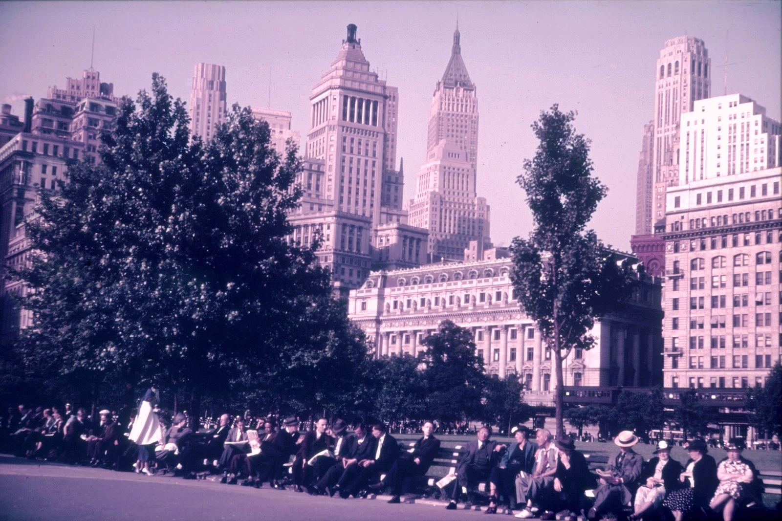 Нью-Йорк. Манхэттен.  Скамейки в Центральном парке. Вид на небоскребы