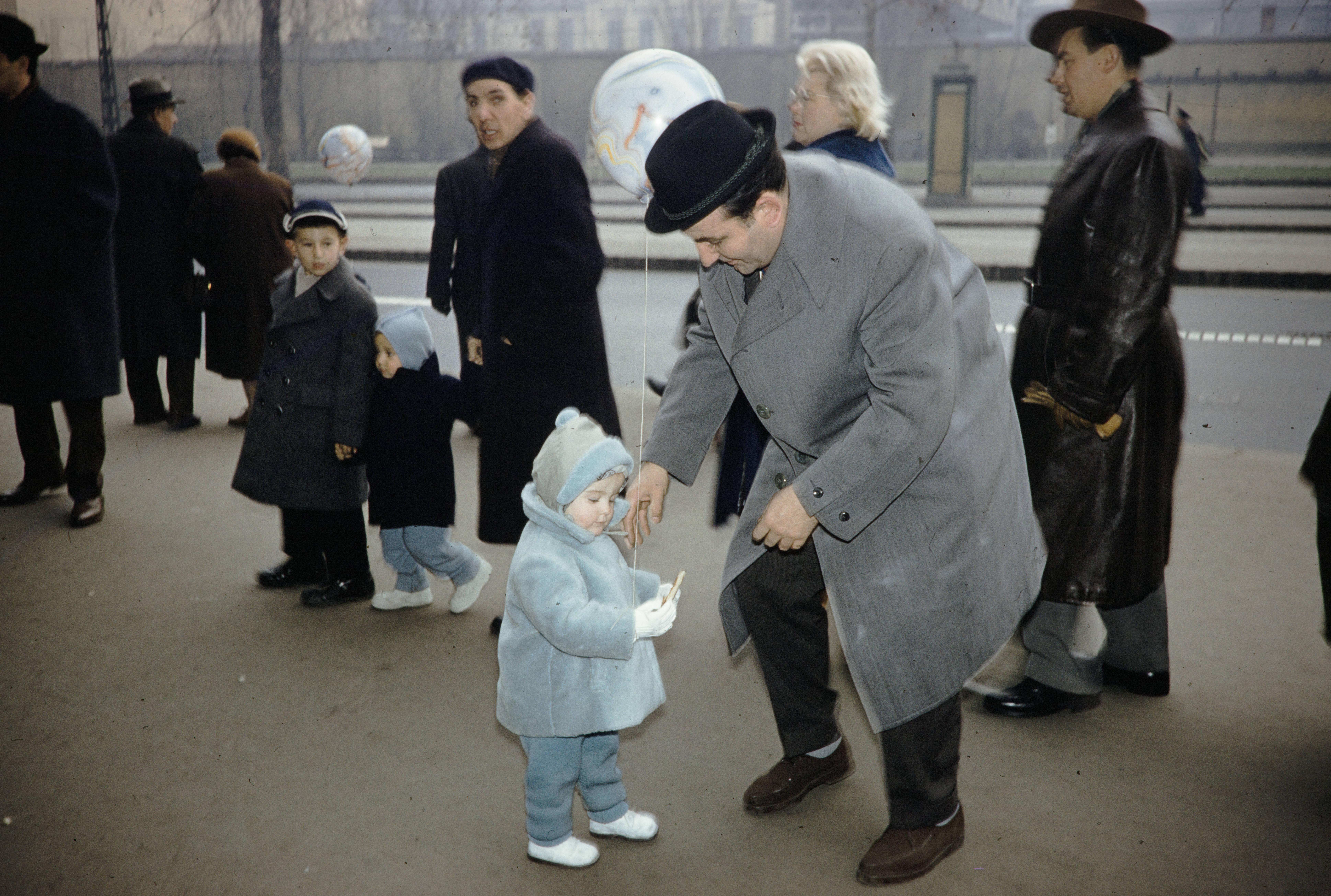 Отец с ребенком на остановке
