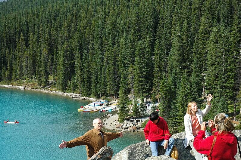 На краешке высокой скалы над озером Морейн в Канаде.