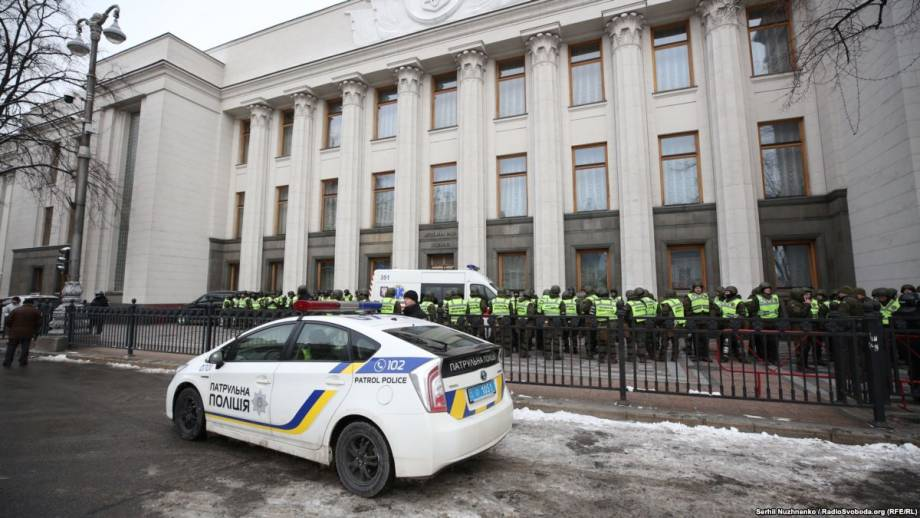 Порошенко законом запретил приносить оружие в Раду, АП, Кабмин и другие здания госвласти