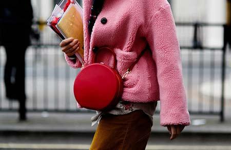 носить розовый