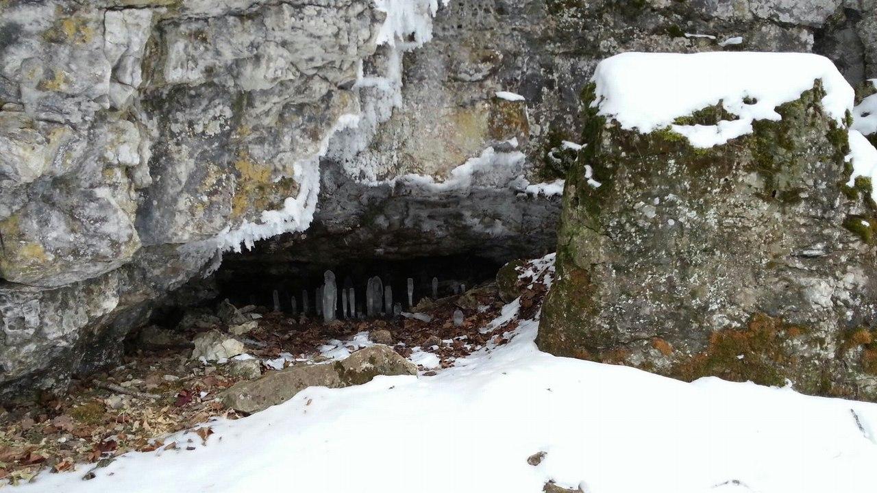 Ледяные сталагмиты охраняют вход в Аю-Ыскан