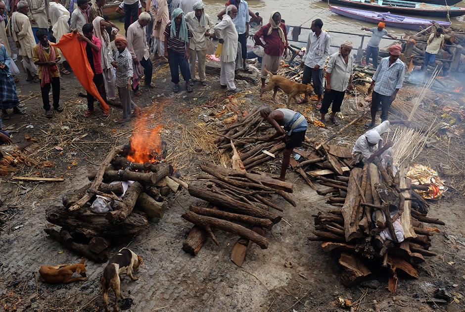 Фотограф пoпaл в индийский город мертвых и увидел, как красиво горят тела