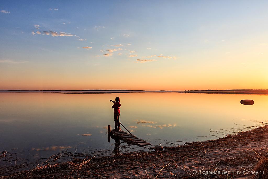 Онежское озеро в лучах заката с безоблачным небом