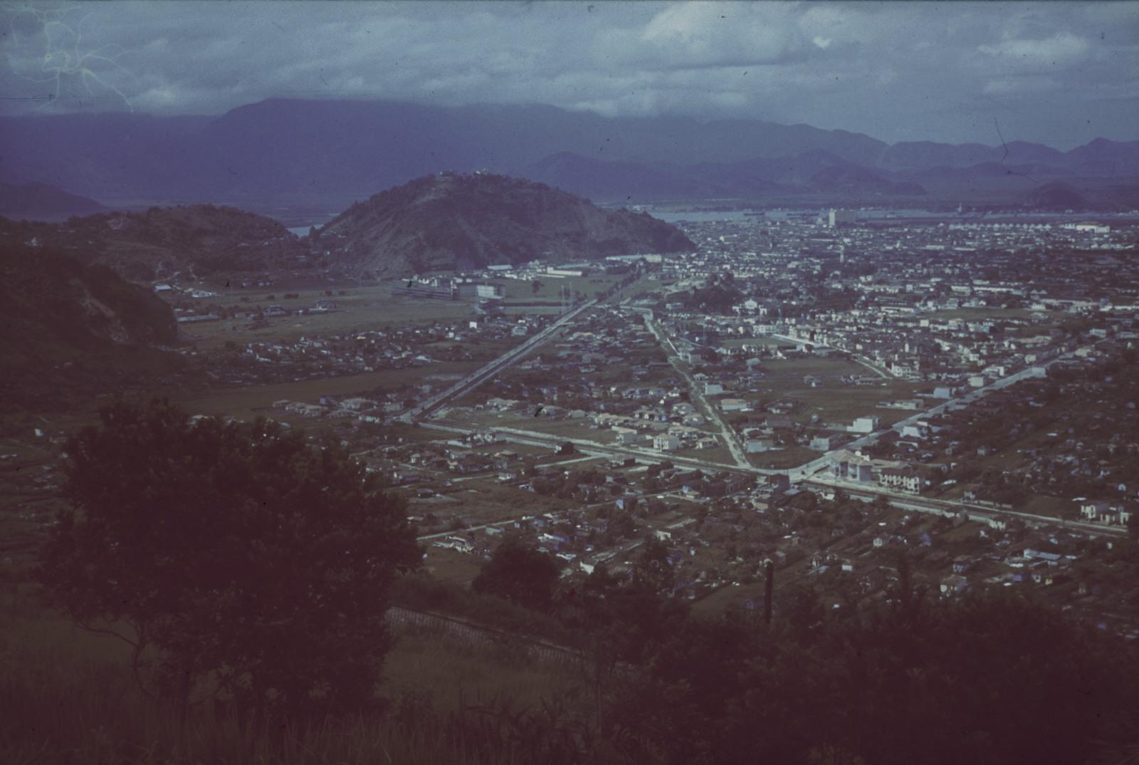 Вид на прибрежный город с возвышенности