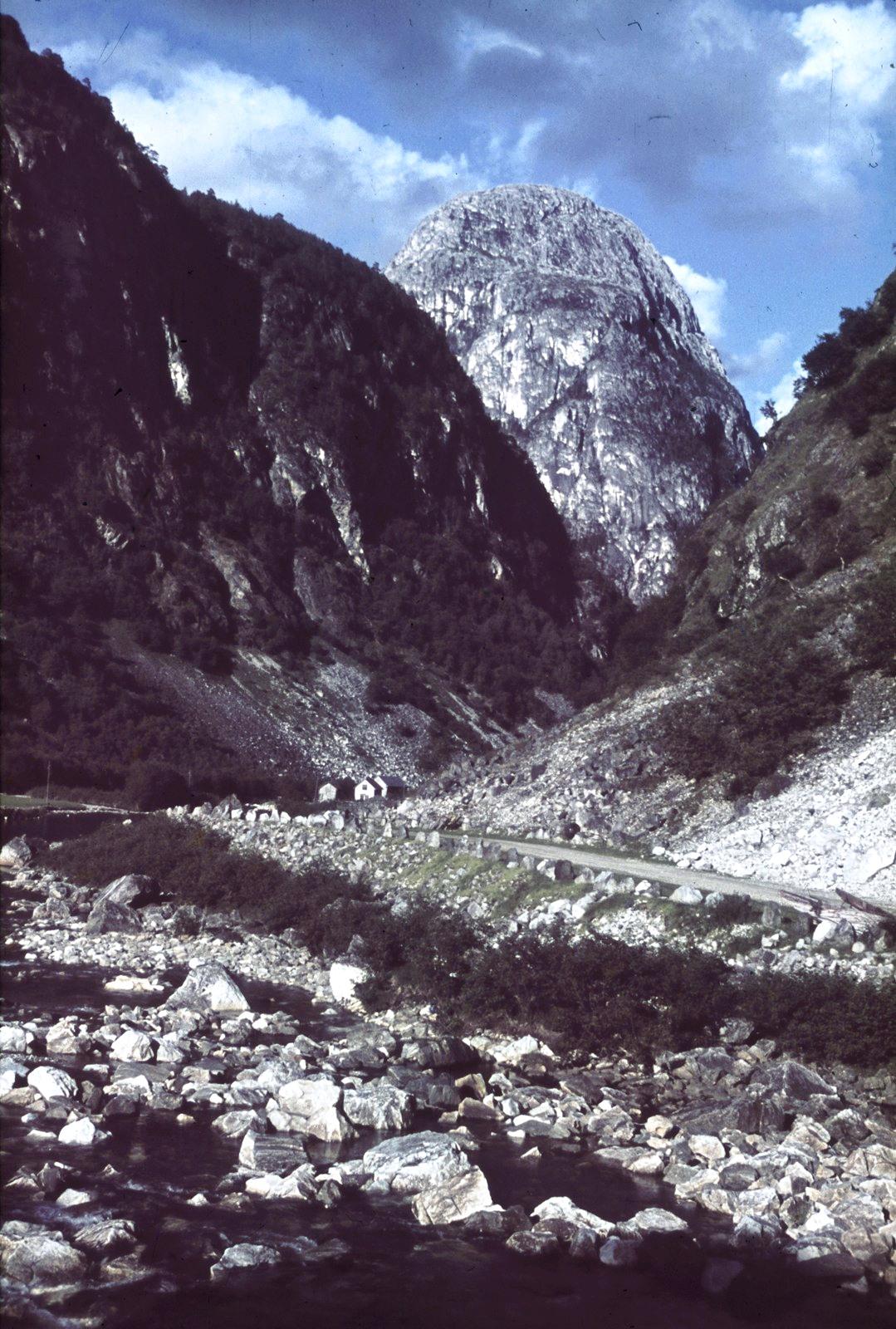 Сталхейм. Вид на Нарёдал (Нэрёйтал) с Хордальшнутом (слева)