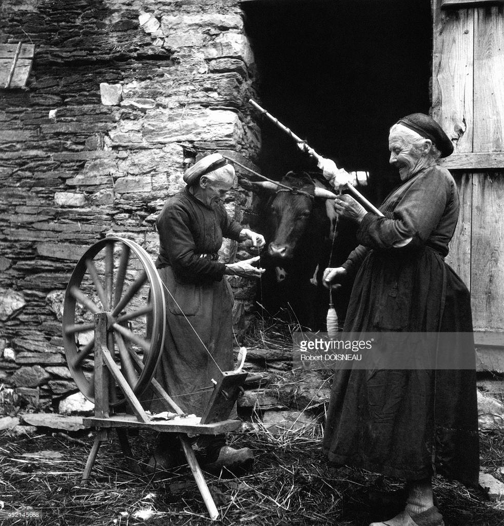 1942. Две старые женщины, за прядильным станком перед своим домом,в Гуареке