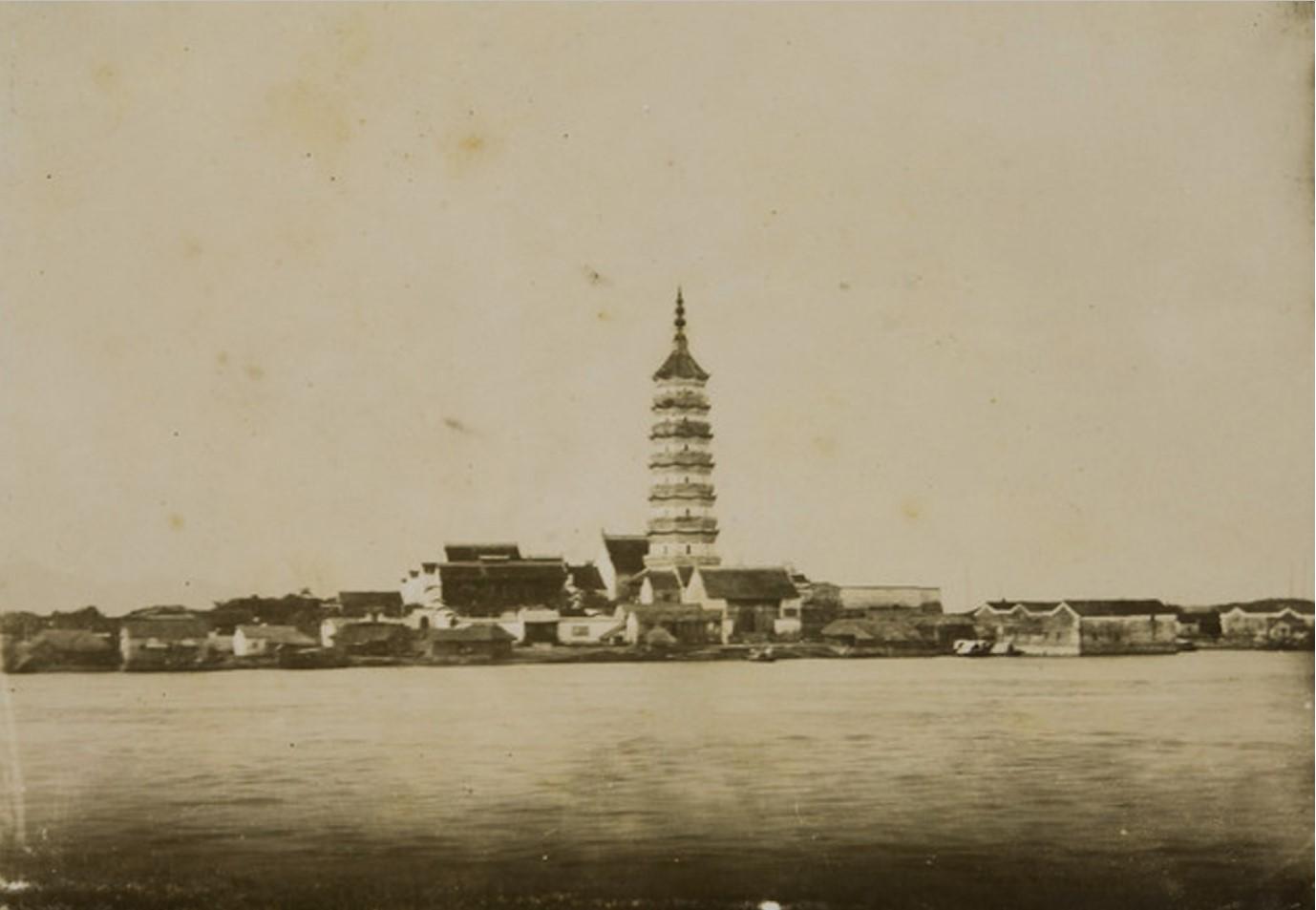 15. Китай. Город Аньцин район Инцзян. Вид с реки Янцзы на пагоду Чжэньфэн, 1889