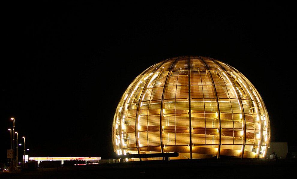 Большой адронный коллайдер является  самой крупной экспериментальной установкой в мире