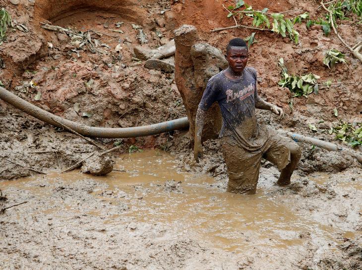 Как добывают золото в Конго (15 фото)