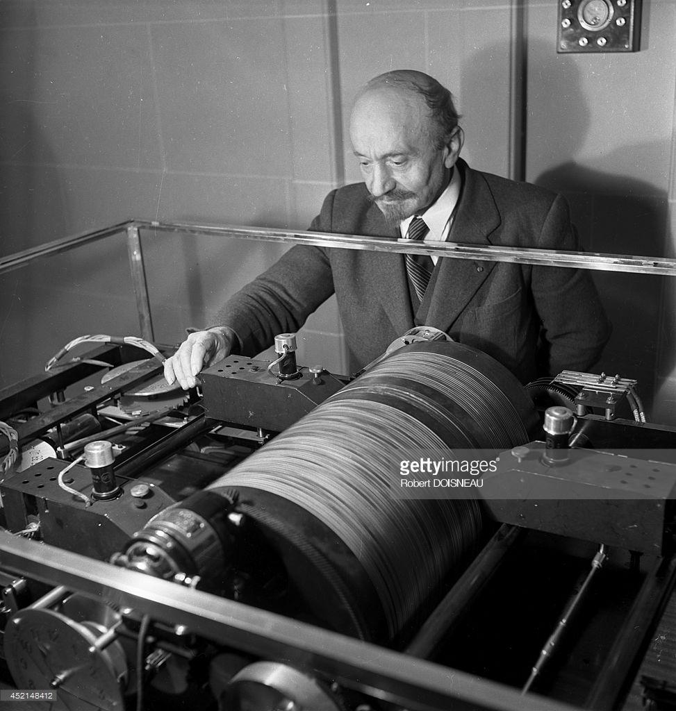 1937. Французский астроном и математик Эрнест Эсклангон, создавший в 1933 году первые говорящие часы в обсерватории Парижа