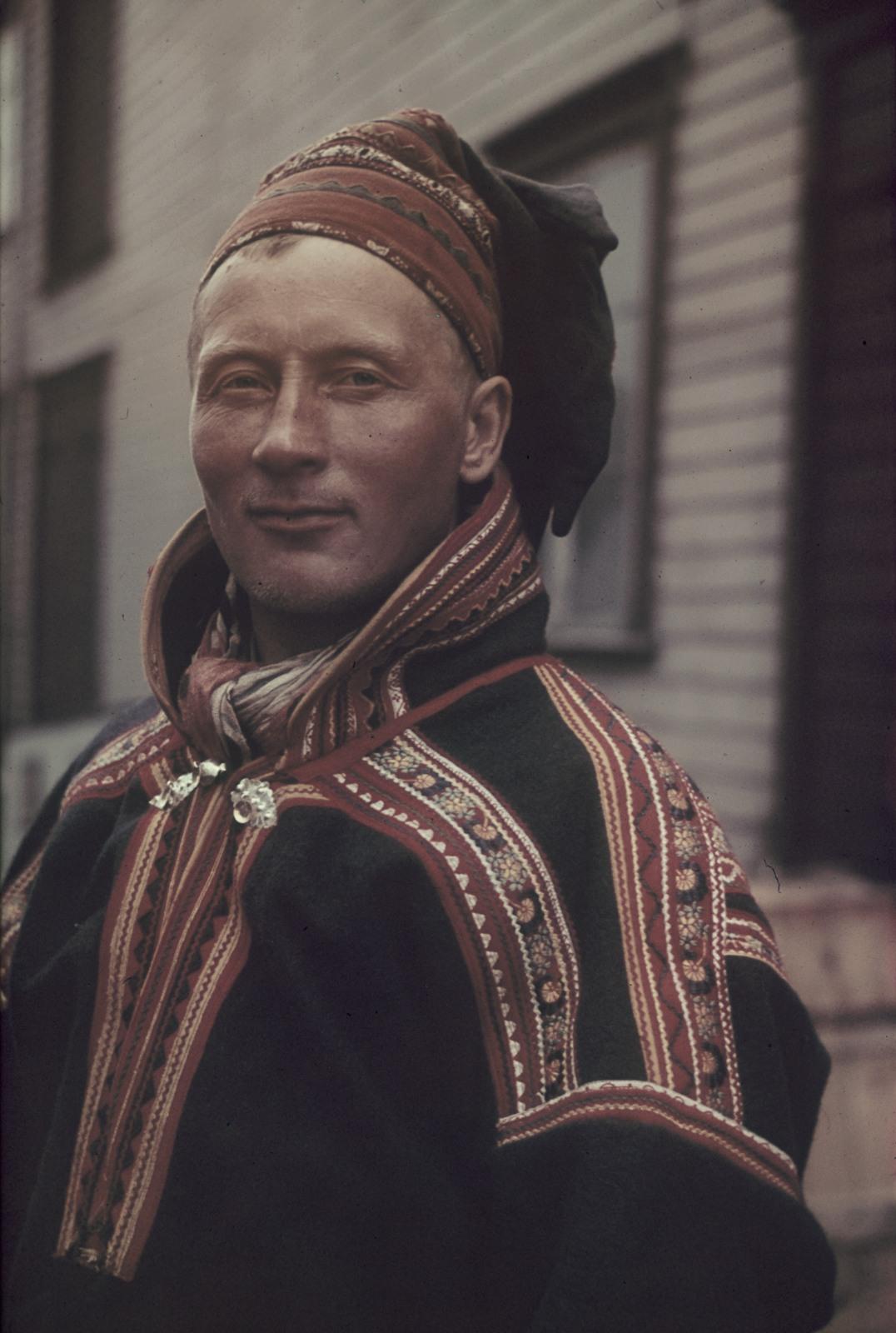 Портрет молодого саама в национальном костюме