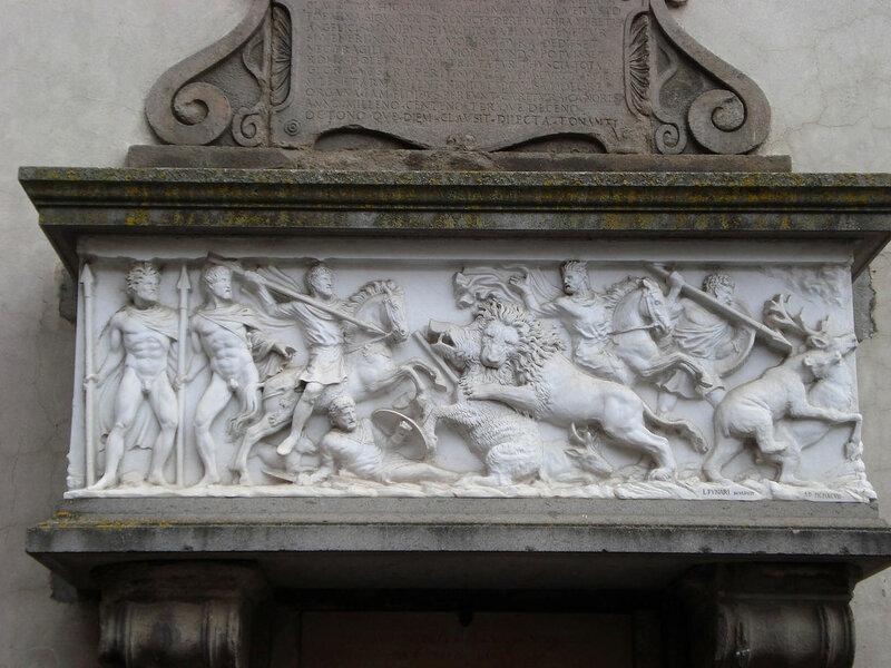 039-саркофаг красавиц Галльяны (копия на фасаде).jpg