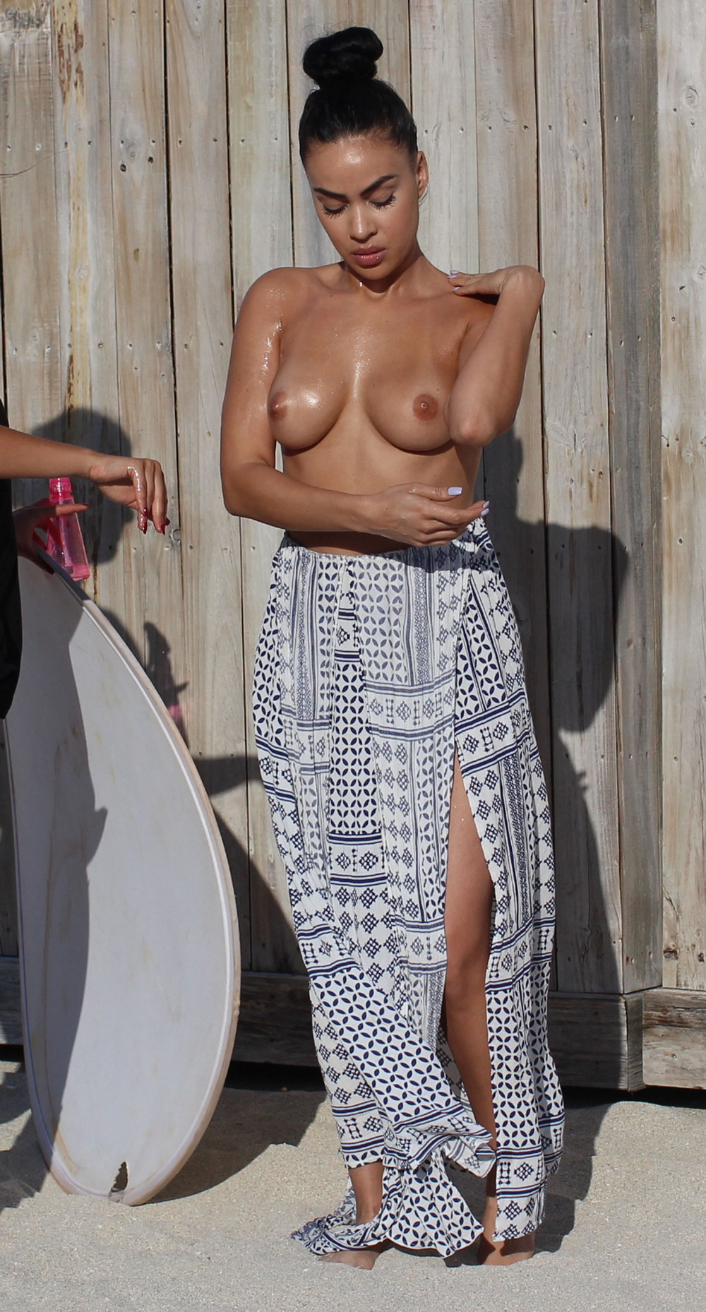 Джулисса Нил позирует топлес