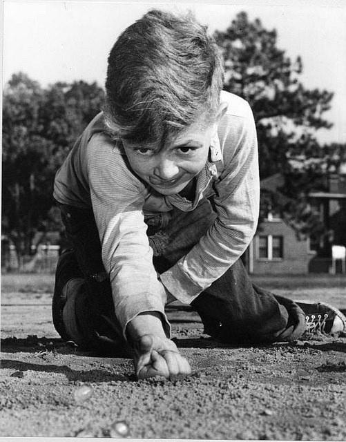 Мальчик играет вмарбл, 1961.    26. Игры, которые заставляли детей быть подвижными, учи