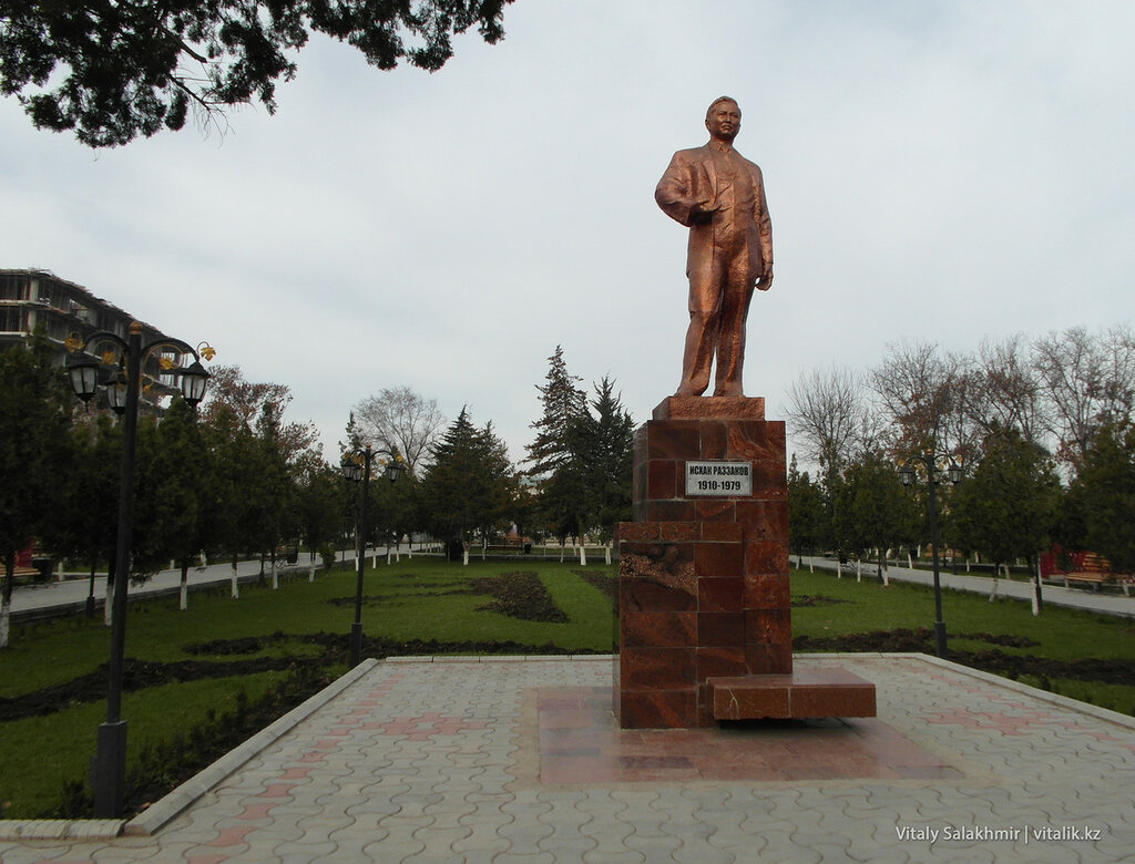 Исхак Раззаков, памятник в Оше, Кыргызстан