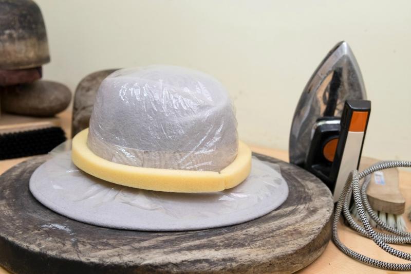 Утюг и щетка нужны для придания шляпе идеального вида.JPG