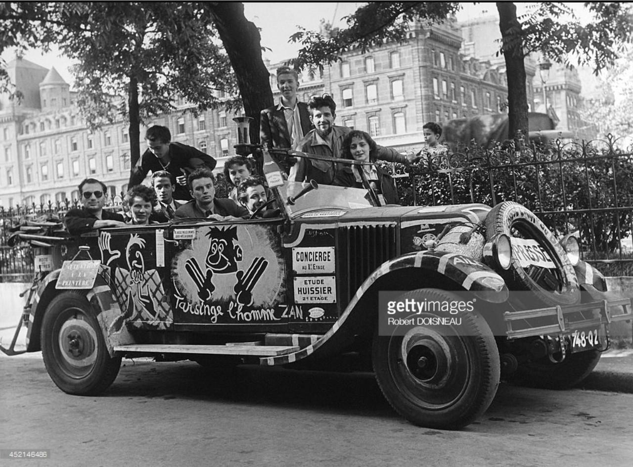 1950. Молодые люди позируют в машине, покрытой рисунками