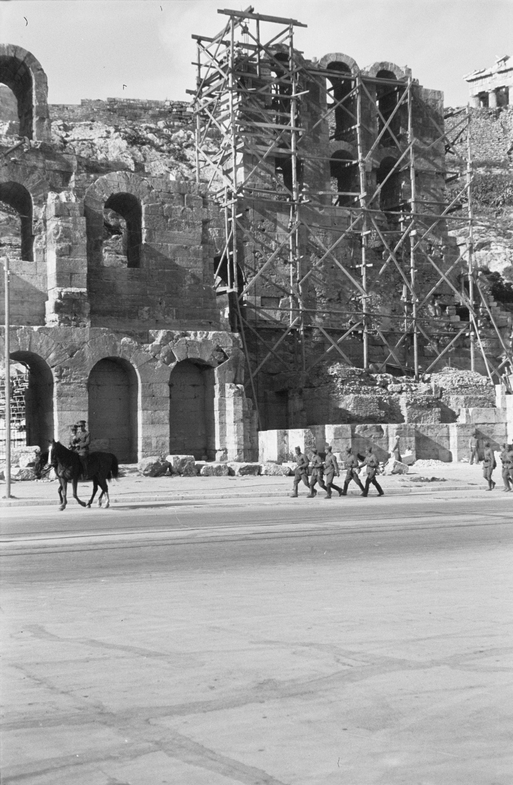 Акрополь. Одеон Герода Аттика и греческие солдаты