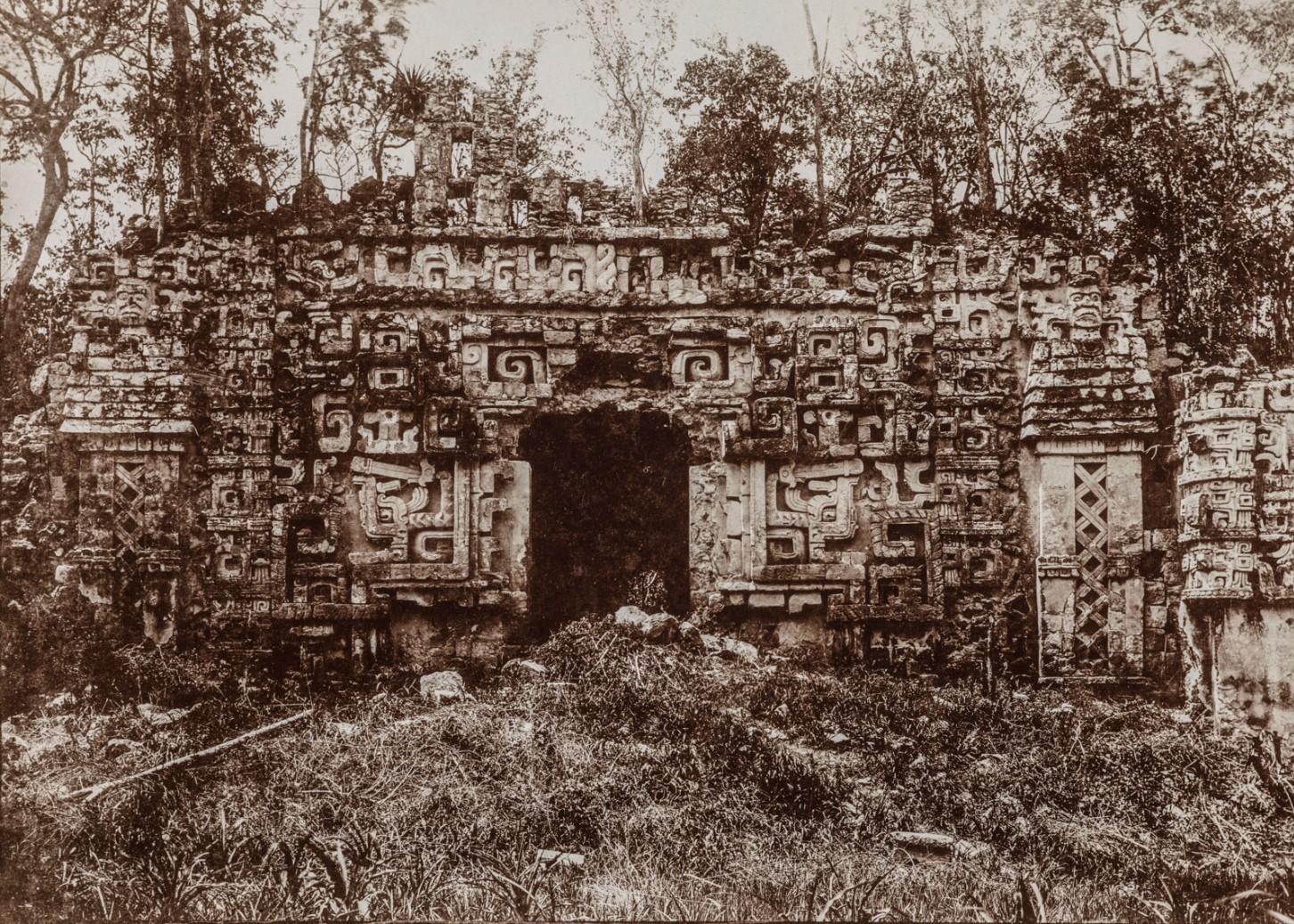 15. Здание II (главное здание) в руинах майя Хохоб