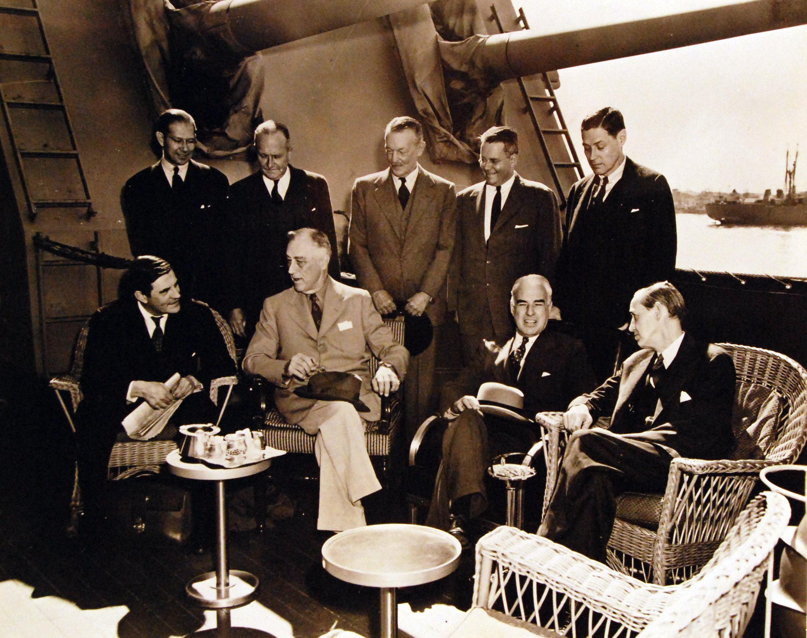 Президент Франклин Рузвельт с государственным секретарём США Эдвардом Стеттиниусом и  Гарри Гопкинсом