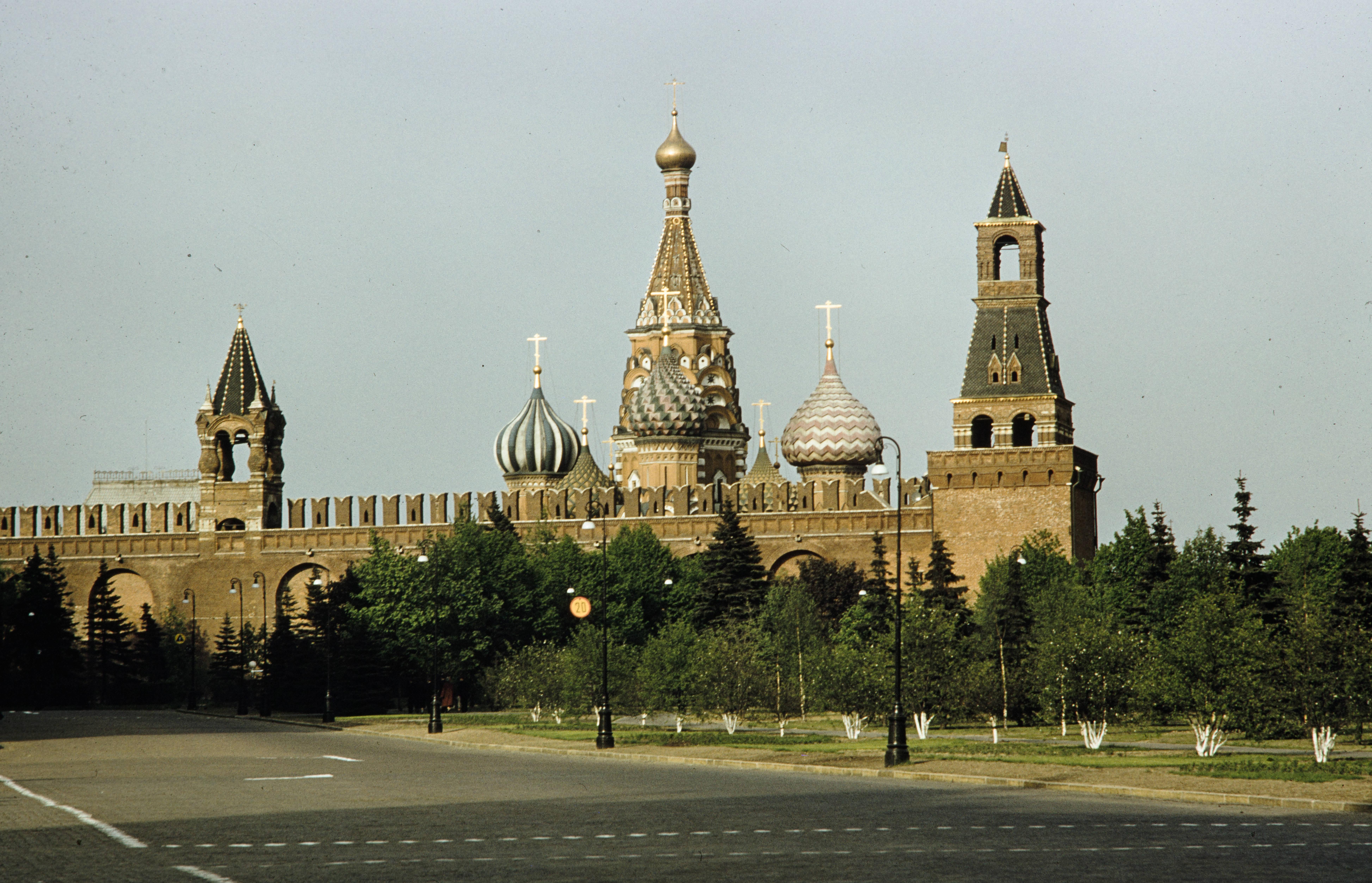 Вид изнутри стен Московского Кремля и на собор Василия Блаженного