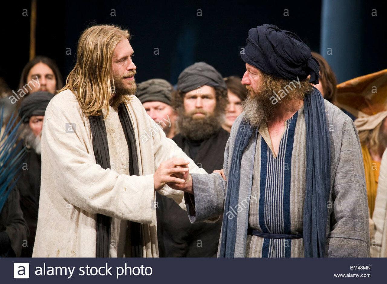eine-szene-aus-der-oberammergauer-passionsspiele-2010-jesus-gespielt-von-andreas-richter-im-gesprach-mit-einem-priester-bm48mn.jpg
